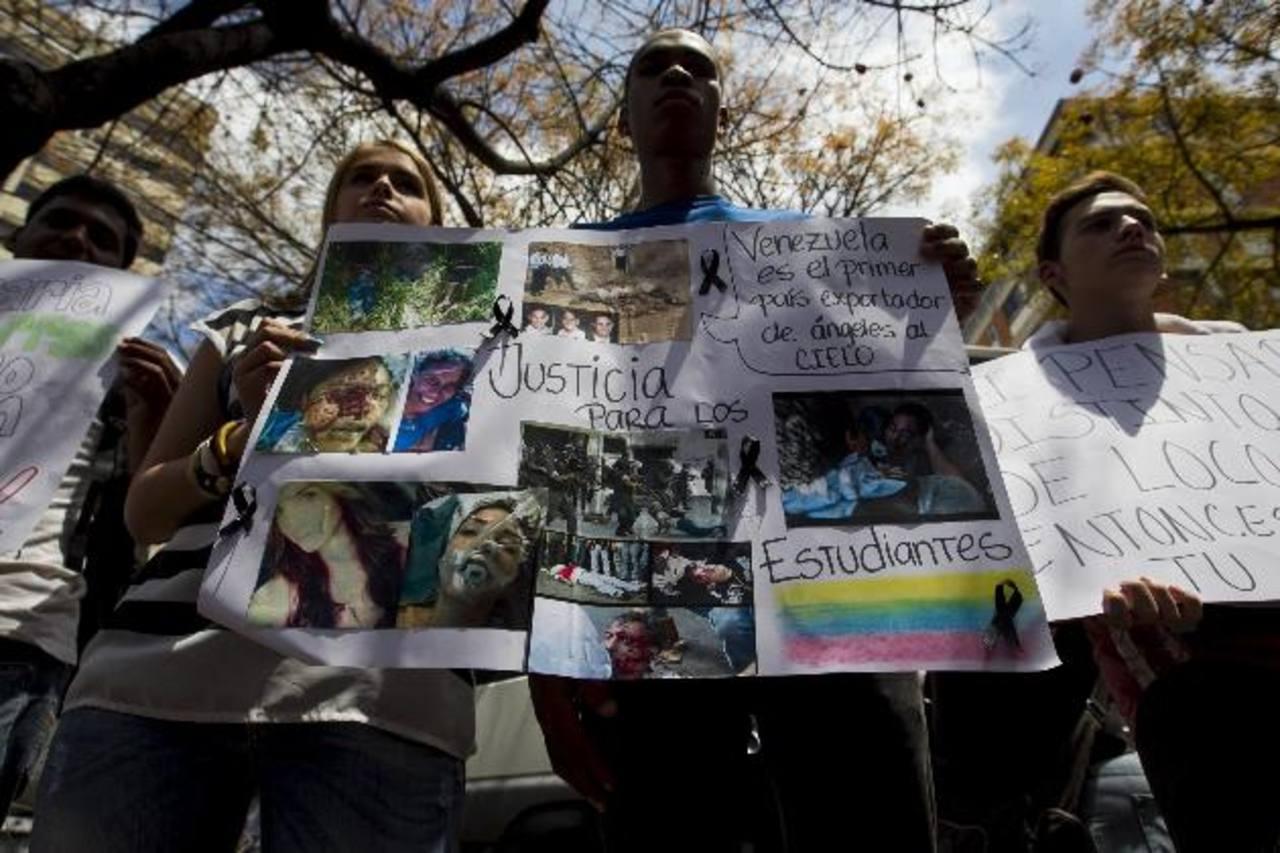 Un grupo se manifiesta ayer por la muerte del joven Kluiberth Roa, frente a la Nunciatura apostólica en Caracas. foto edh /EFE