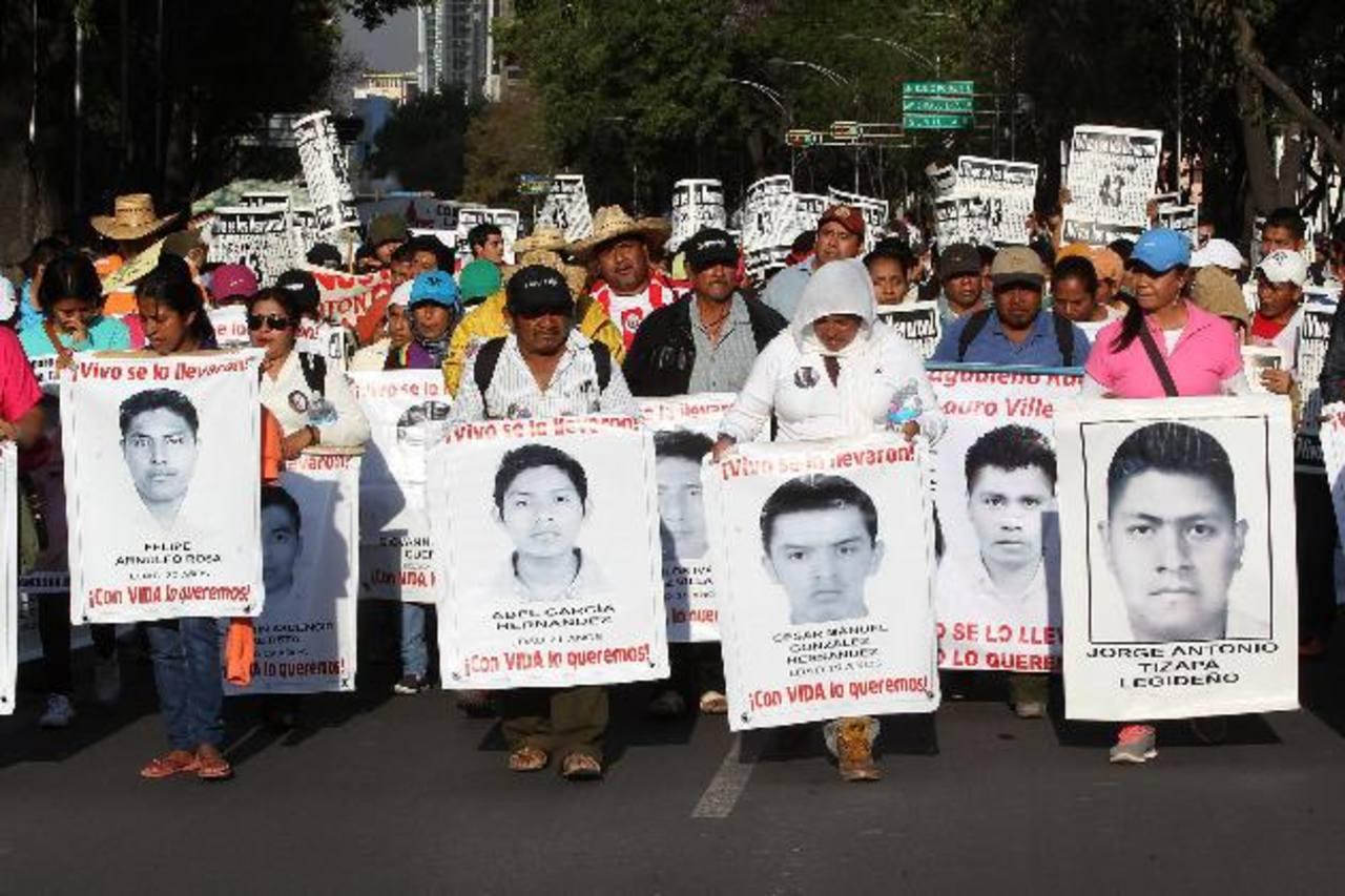 Mexicanos protestan el pasado jueves en Ciudad de México por la desaparición de los 43 estudiantes. Foto EDH / efe