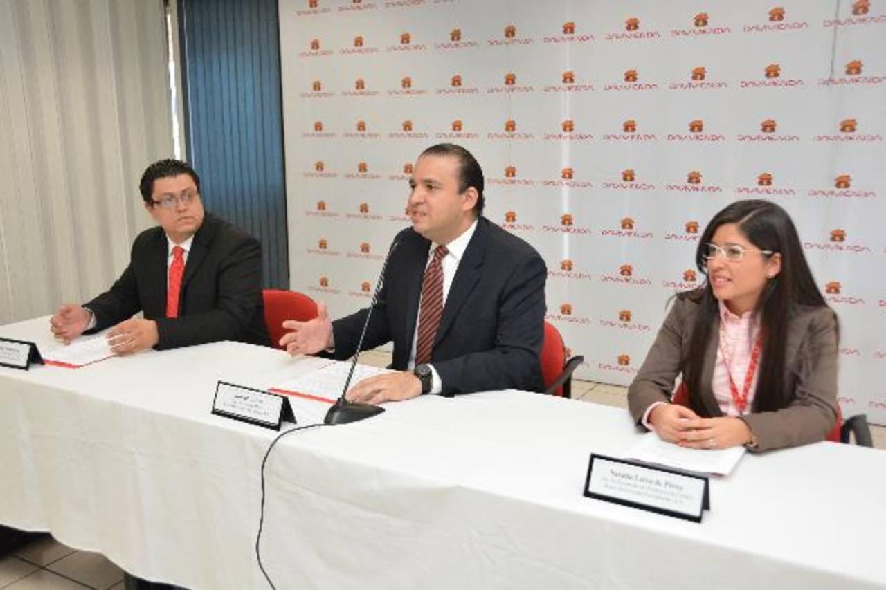 Armando Rodríguez, subgerente de Banca Masiva; Ronald Castro, gerente de Banca Masiva y Natalia Leiva, jefe de Desarrollo de Productos de Crédito. Foto EDH /David Rezzio