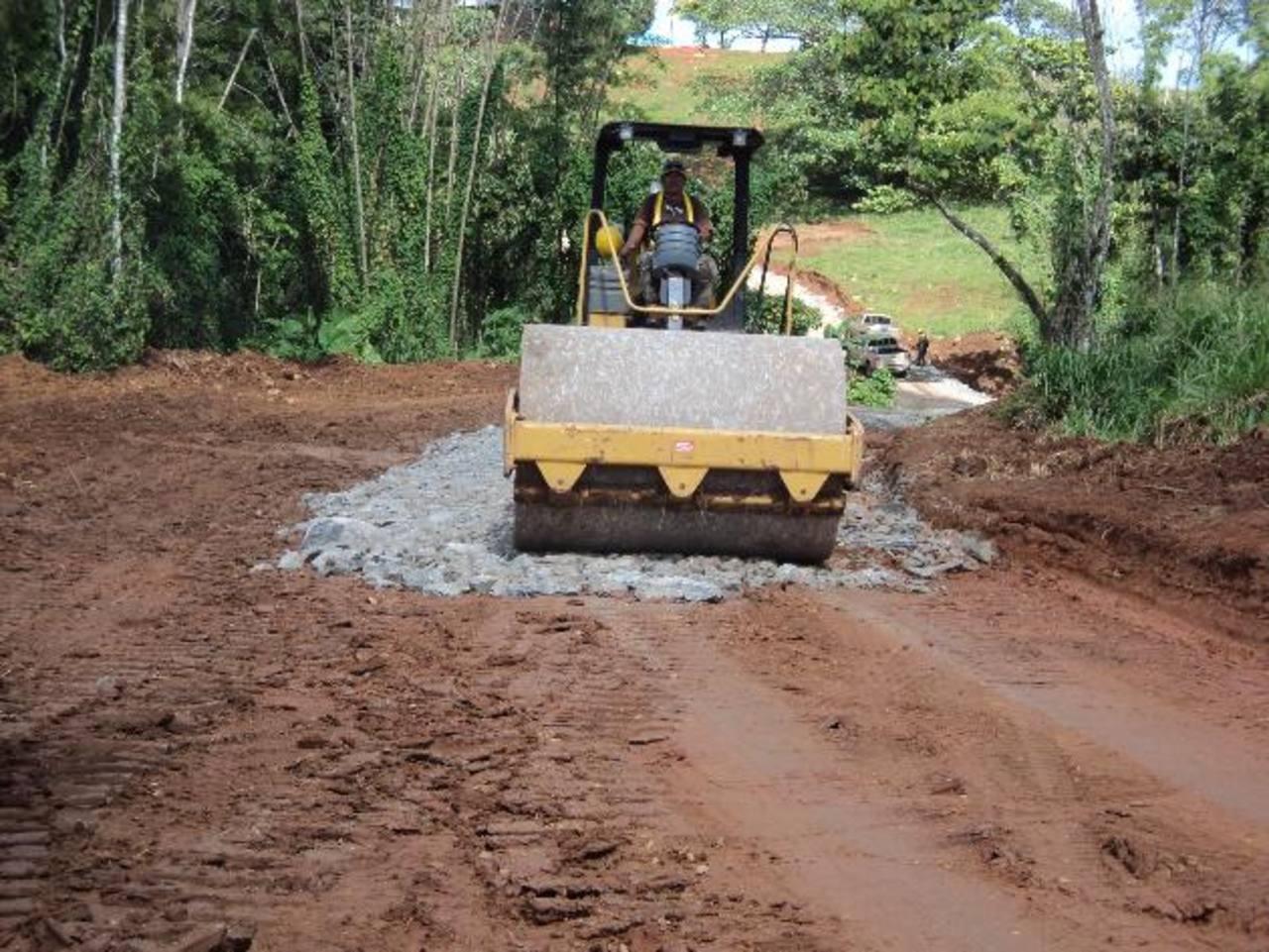 A finales del año pasado comenzó la construcción de la carretera de acceso al lugar donde se construirá la represa hidroeléctrica Tumarín. FOTO EDH/Iván Olivares