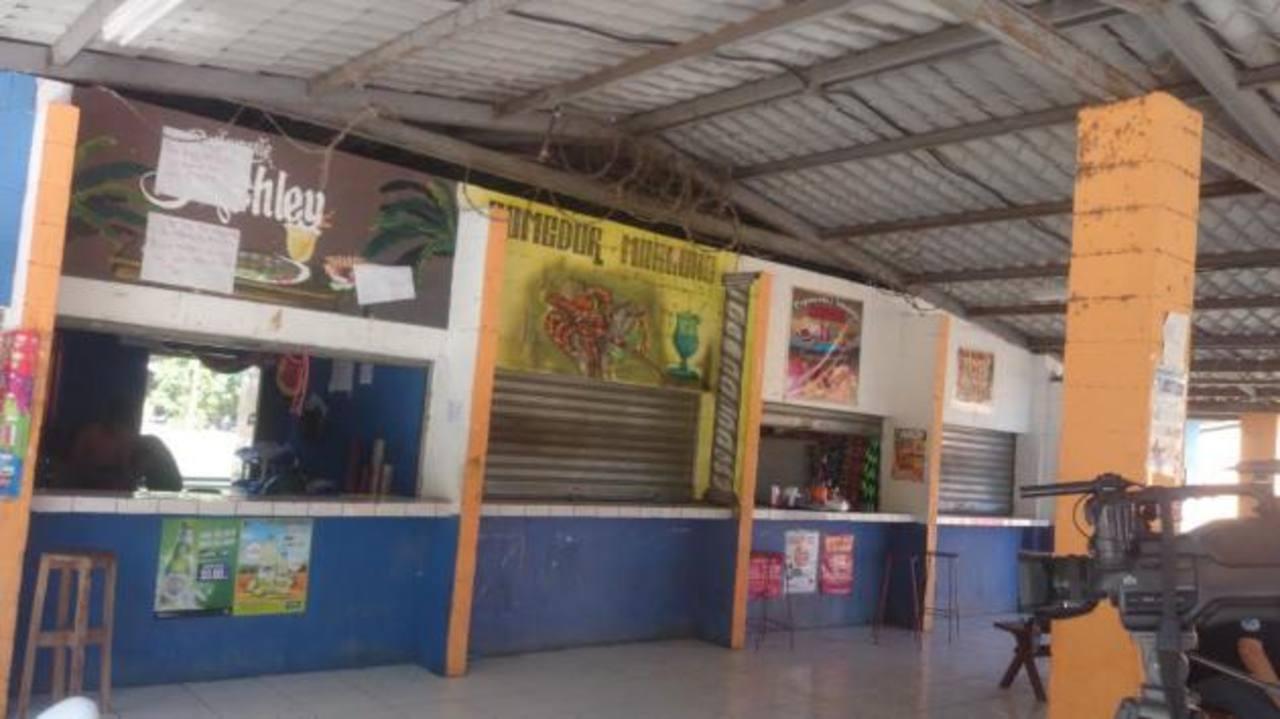 Muchos de los locales están abandonados y su descuido hace ver mal el malecón. foto edh / Insy Mendoza