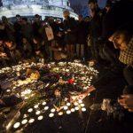 Cientos de personas encienden velas ayer durante una manifestación homenaje. Foto EDH / efe