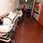 Pacientes permanecen en camillas en la sala de Emergencias del hospital Zacamil. Foto EDH /archivo