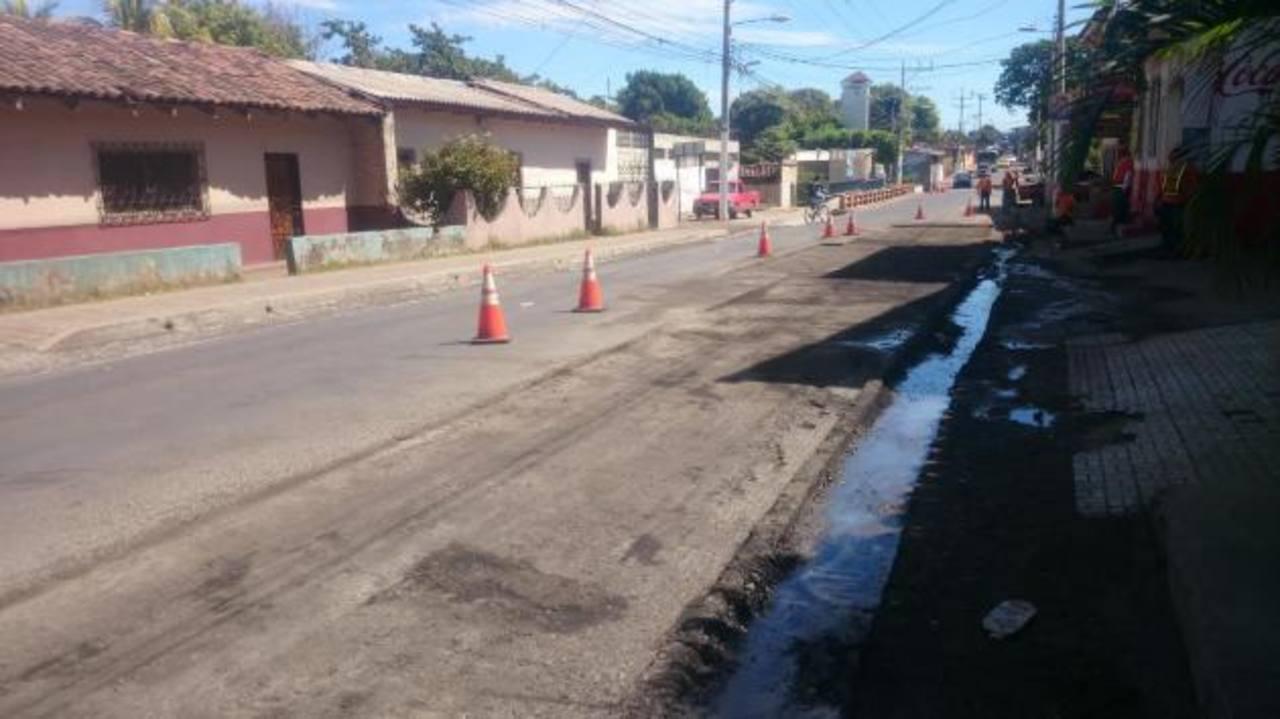 """Tramo de la calle que conecta los municipios de La Unión y Conchagua mantienen grandes """"charcos"""" de aguas sucias, por lo que urgen los drenajes. Foto EDH /Insy Mendoza"""