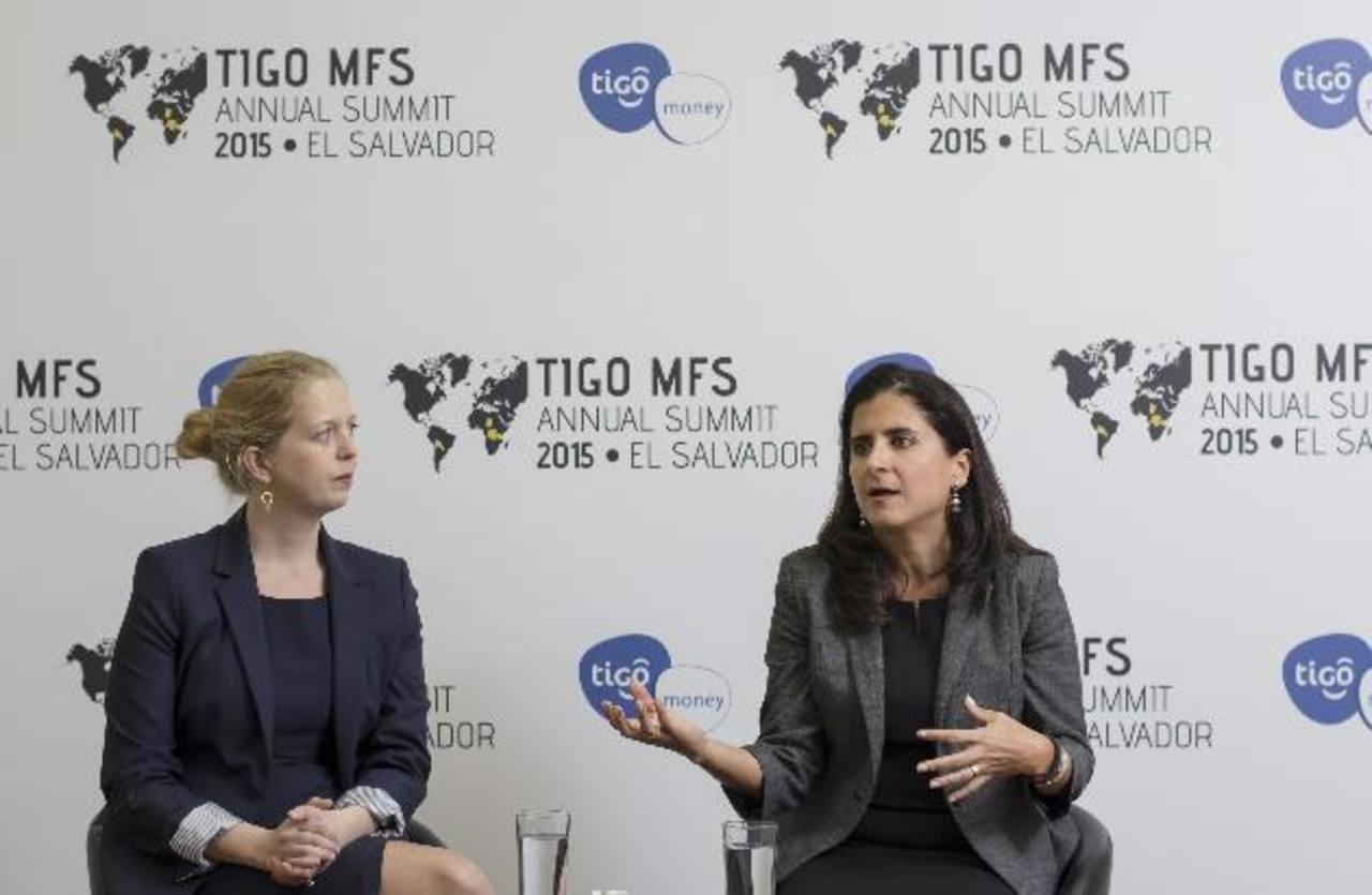 Lesley Denyes (izq.) y Liliana Pozzo de IFC explican la importancia de la inclusión financiera para la región. Foto EDH / Cortesía