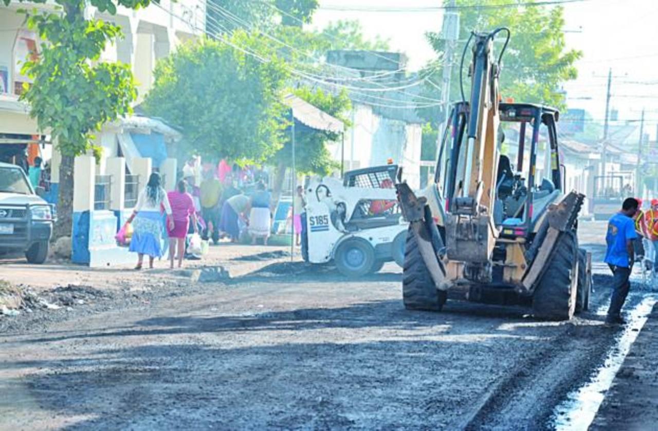Empleados de Fovial laboraron toda la noche de viernes y madrugada del sábado en la vía. Foto EDH