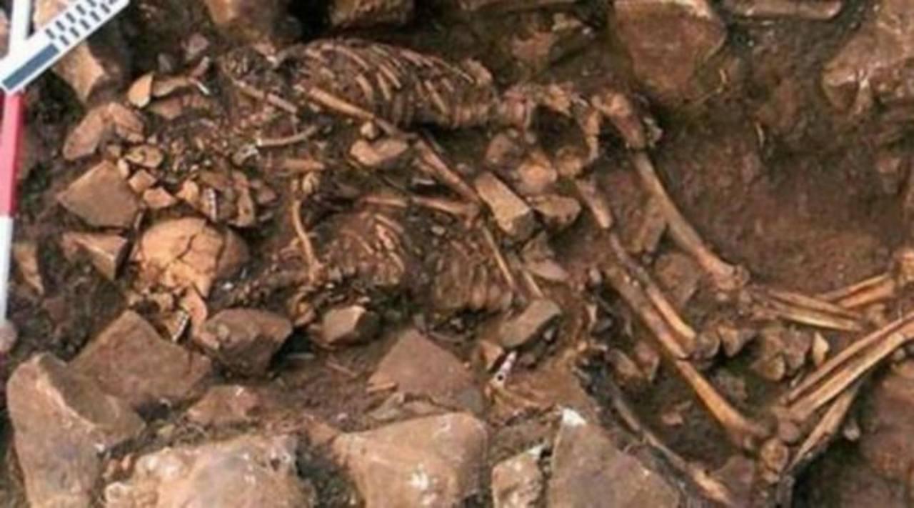 Hallan antiguos esqueletos abrazados en Grecia