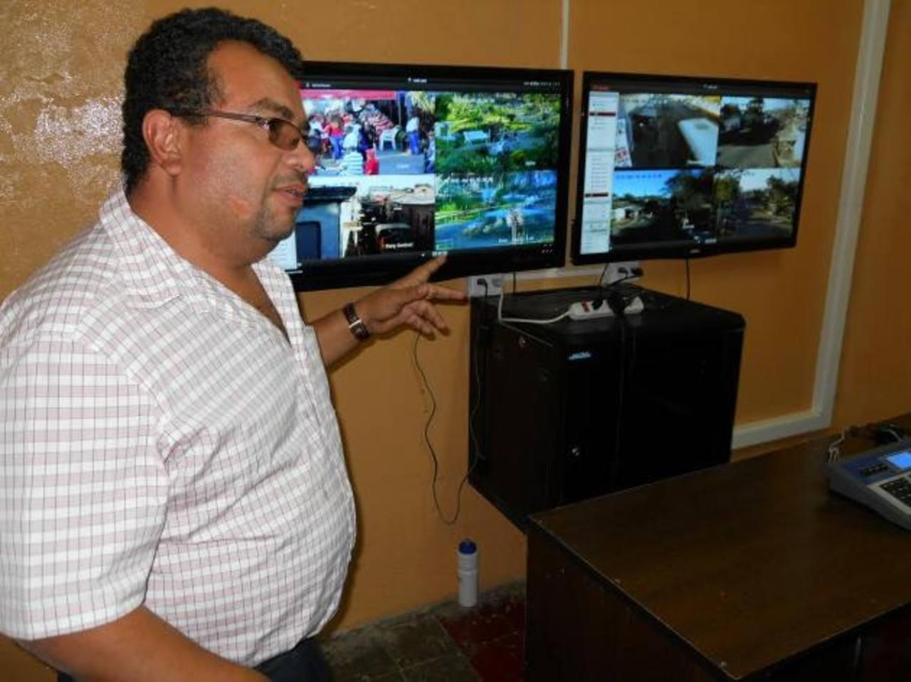 El centro de monitoreo se encuentra en la comuna y funciona las 24 horas. Foto EDH / Iris Lima