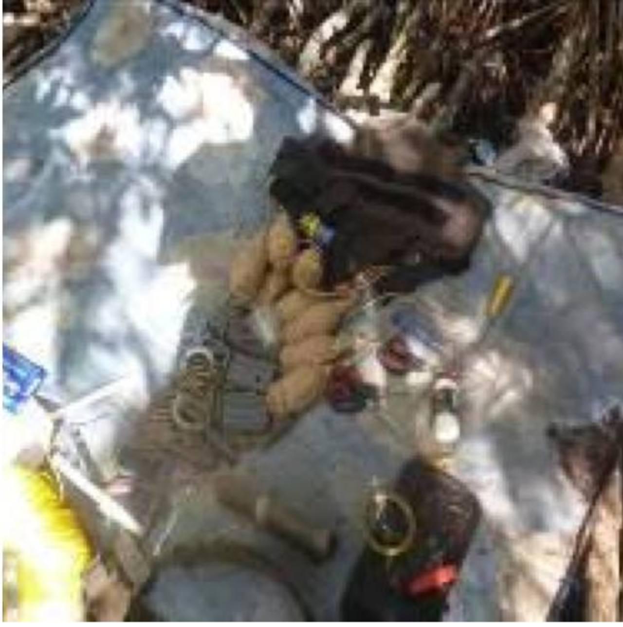 Esto es parte del material bélico decomisado por una patrulla de soldados en las afueras de Puerto El Triunfo. Foto EDH / FAES