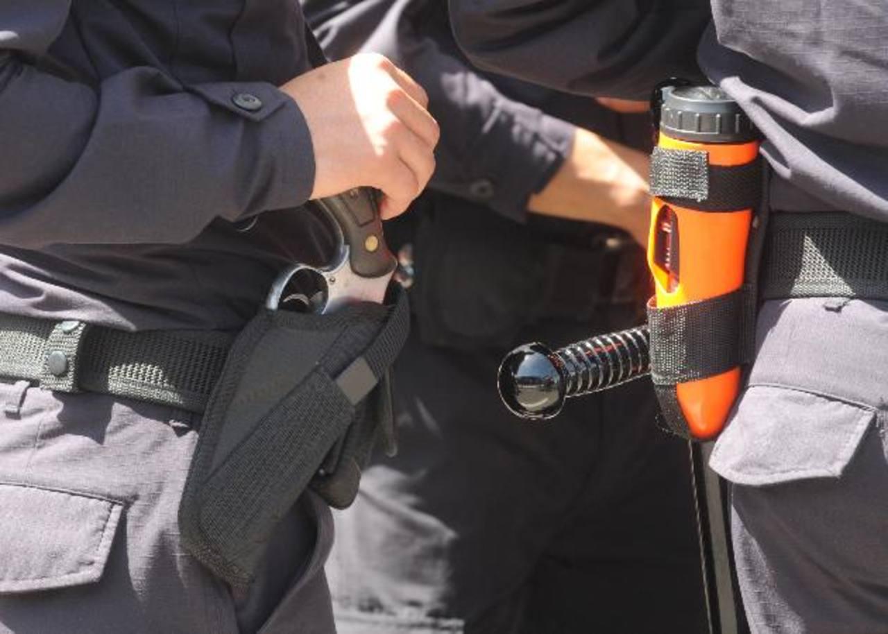 La mayoría de arrestos contra policías son por cometer faltas, aunque el año pasado hubo varios casos de capturados por extorsión. Foto EDH/Archivo.