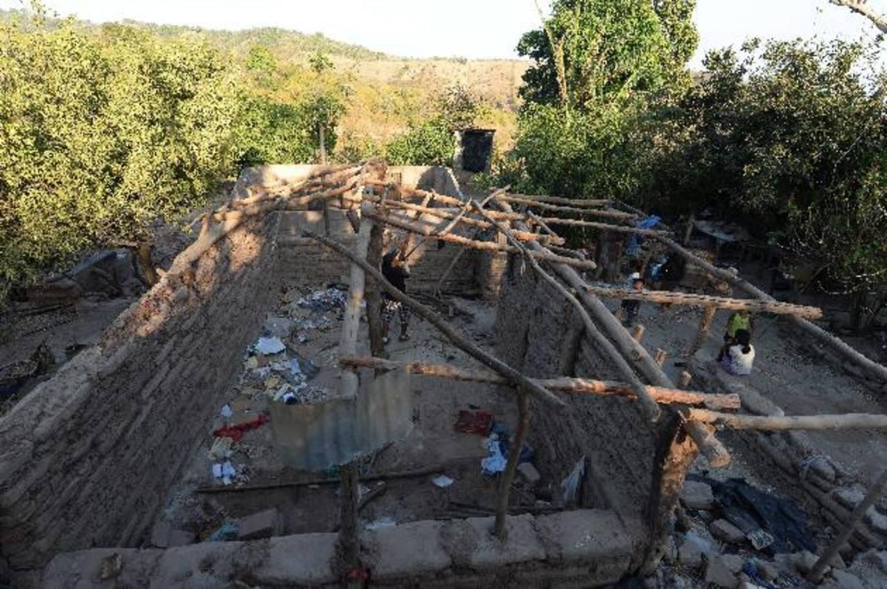 Un poblador del cantón Azacualpa reacomoda las costaneras del techo de una casa que fue abandonada el lunes. Fotos/edh/ Marlon Hernández