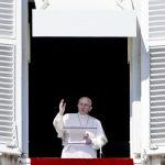 El papa Francisco durante el rezo del Ángelus, ayer en el Vaticano. foto EDH