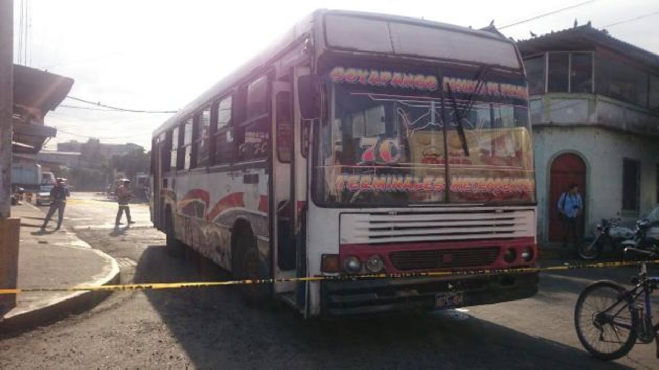 Escena de homicidio al interior de autobús. /