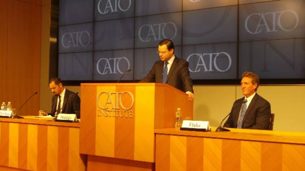 Juan Carlos Hidalgo durante su intervención en El Cato, con el Senador Flake a su derecha y, a su izquierda, Carl Meacham, de CSIS. Foto EDH /Gerardo Torres