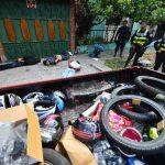 Luego de una persecusión, la Policía logró detener a los cuatro sujetos con los objetos que habían robado en una venta de repuestos. Foto EDH / René Quintanilla.