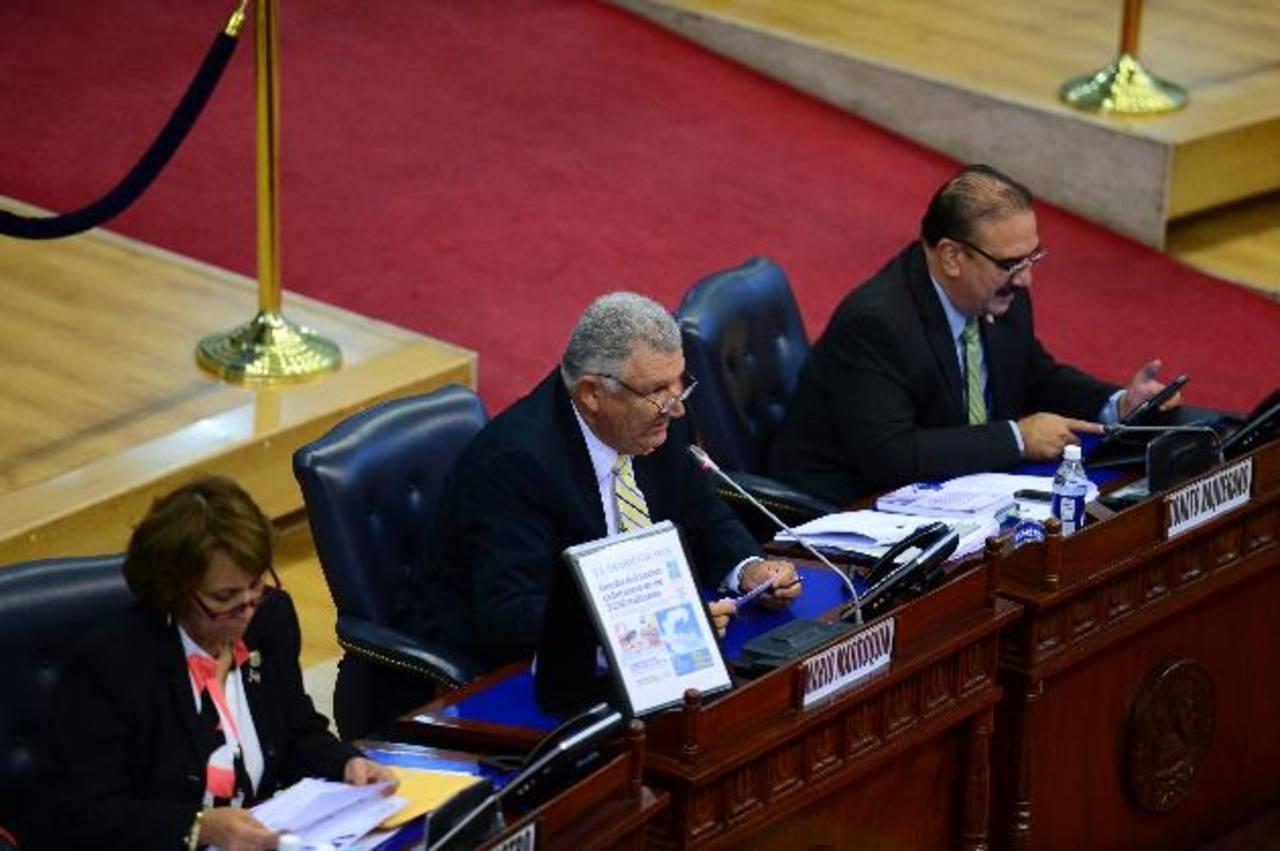 El diputado arenero Mario Marroquín, al centro, interviene en el pleno anoche para pedir que esta medida de trasladar fondos al MAG se discutiera en la comisión. foto edh / jorge reyes