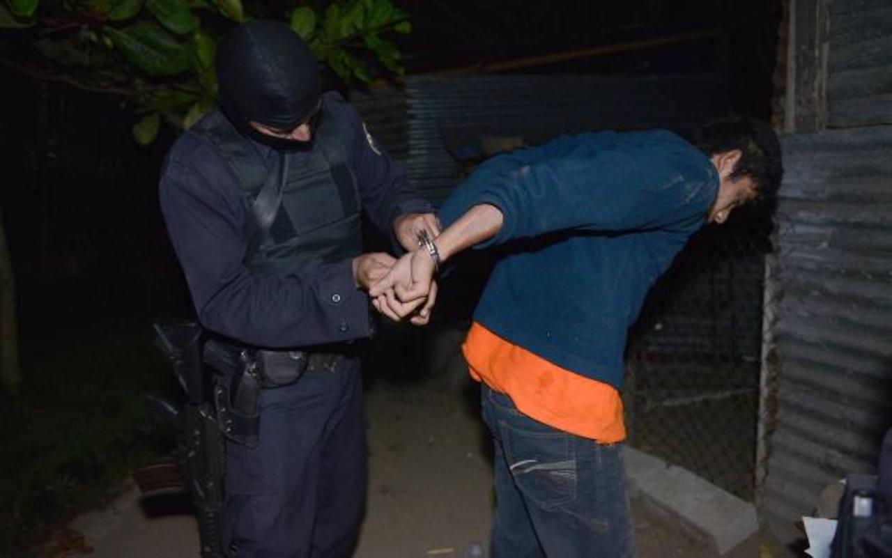 Homicidio, agrupaciones ilícitas y privación de libertad son algunos de los delitos de los que acusan a los detenidos la madrugada de ayer en municipios de La Libertad. Foto EDH / Lissette Lemus