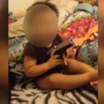 Arrestan a pareja por dejar que bebé se ponga arma en la boca