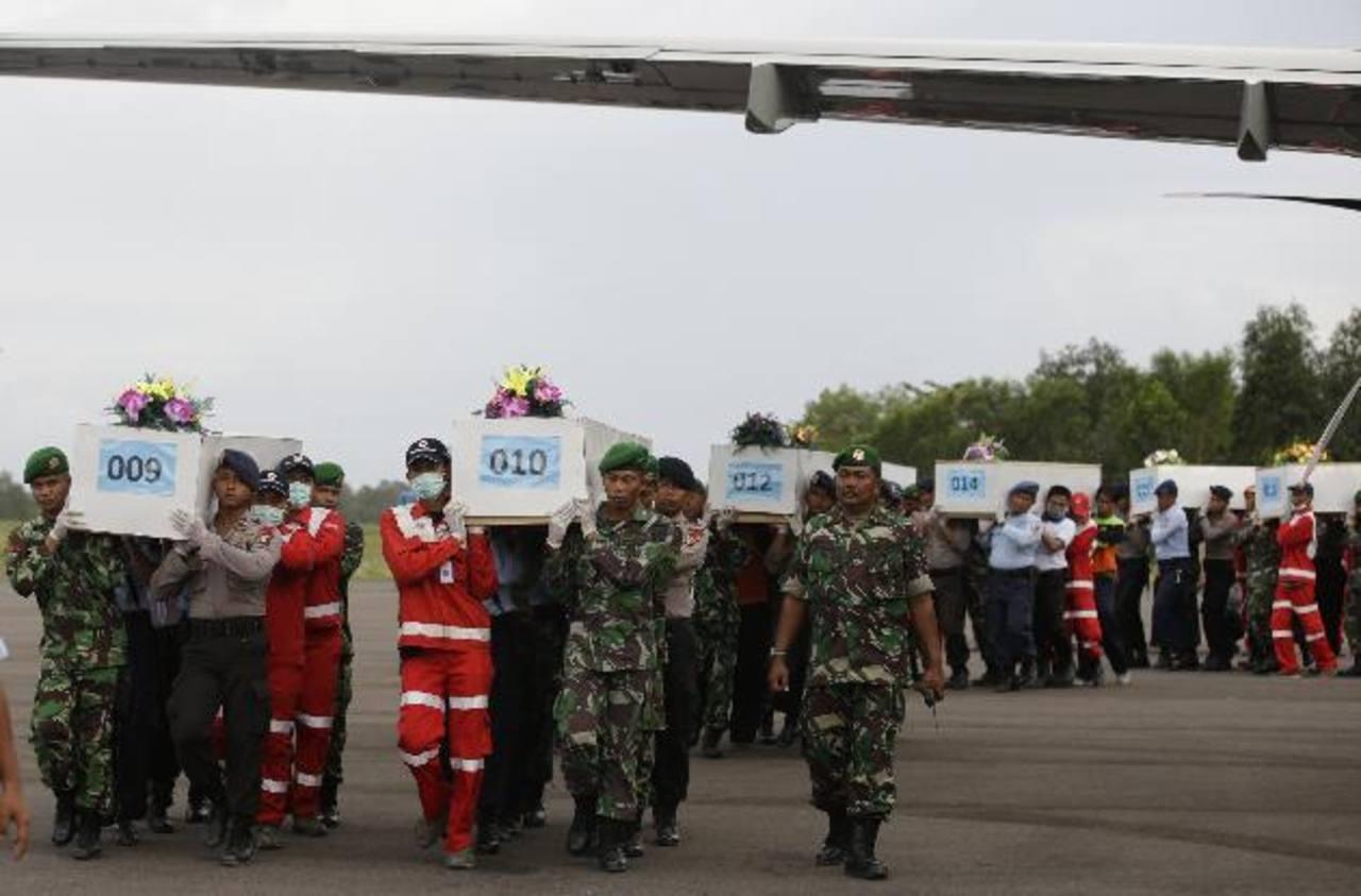 Varios muertos de avión de AirAsia, aún sujetos a asientos