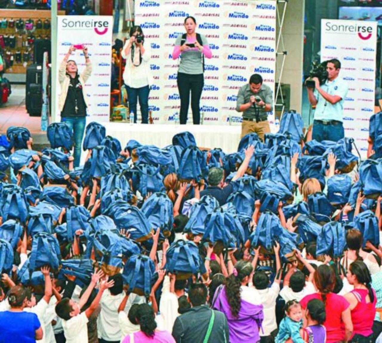 Cerca de 300 estudiantes fueron beneficiados con la entrega de los paquetes escolares. foto edh / René quintanilla.