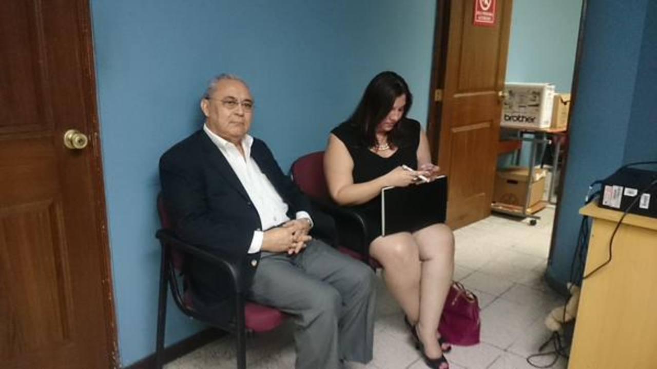 Exministro de Salud, Guillermo Maza, acudió hoy al Juzgado Primero de Paz de San Salvador.