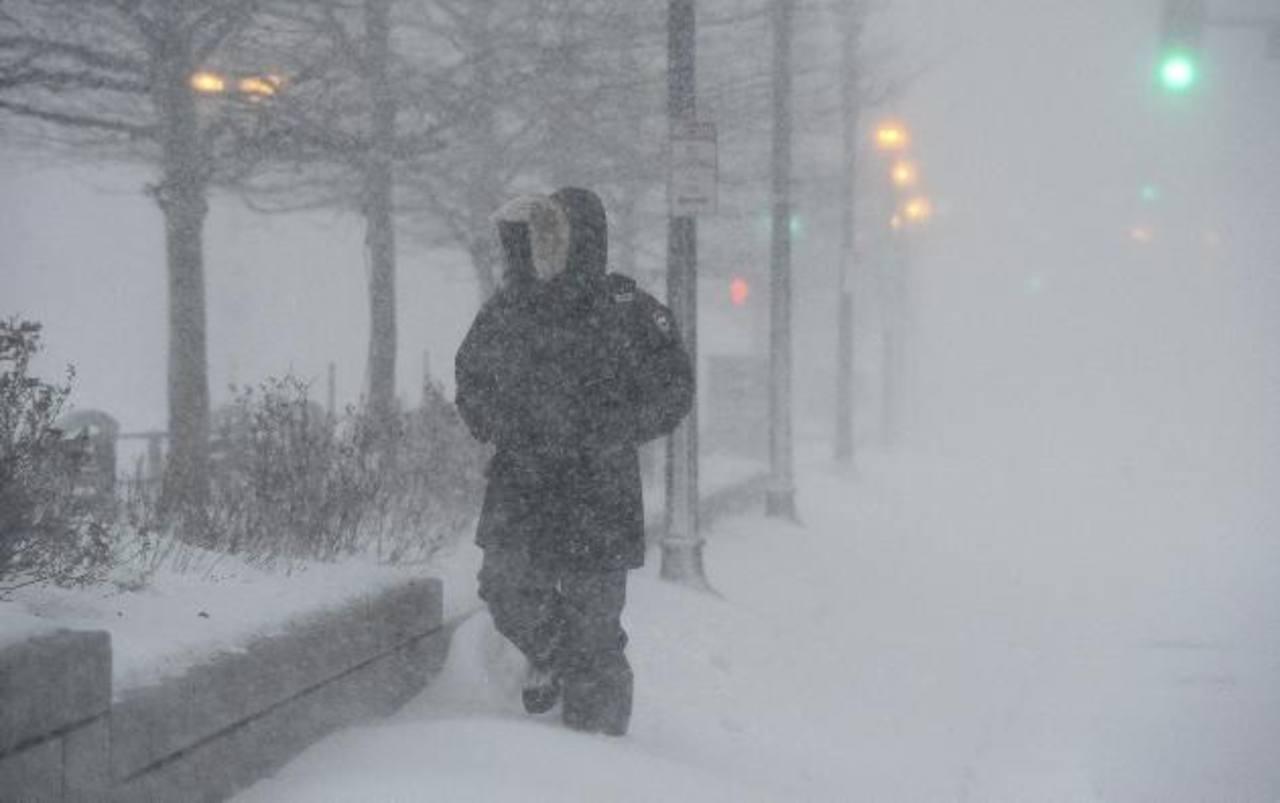 Un hombre camina por las calles de Boston en Massachusetts, ayer. Según disposición de las autoridades, regía una prohibición para circular por las calles en vehículo. foto edh / efe