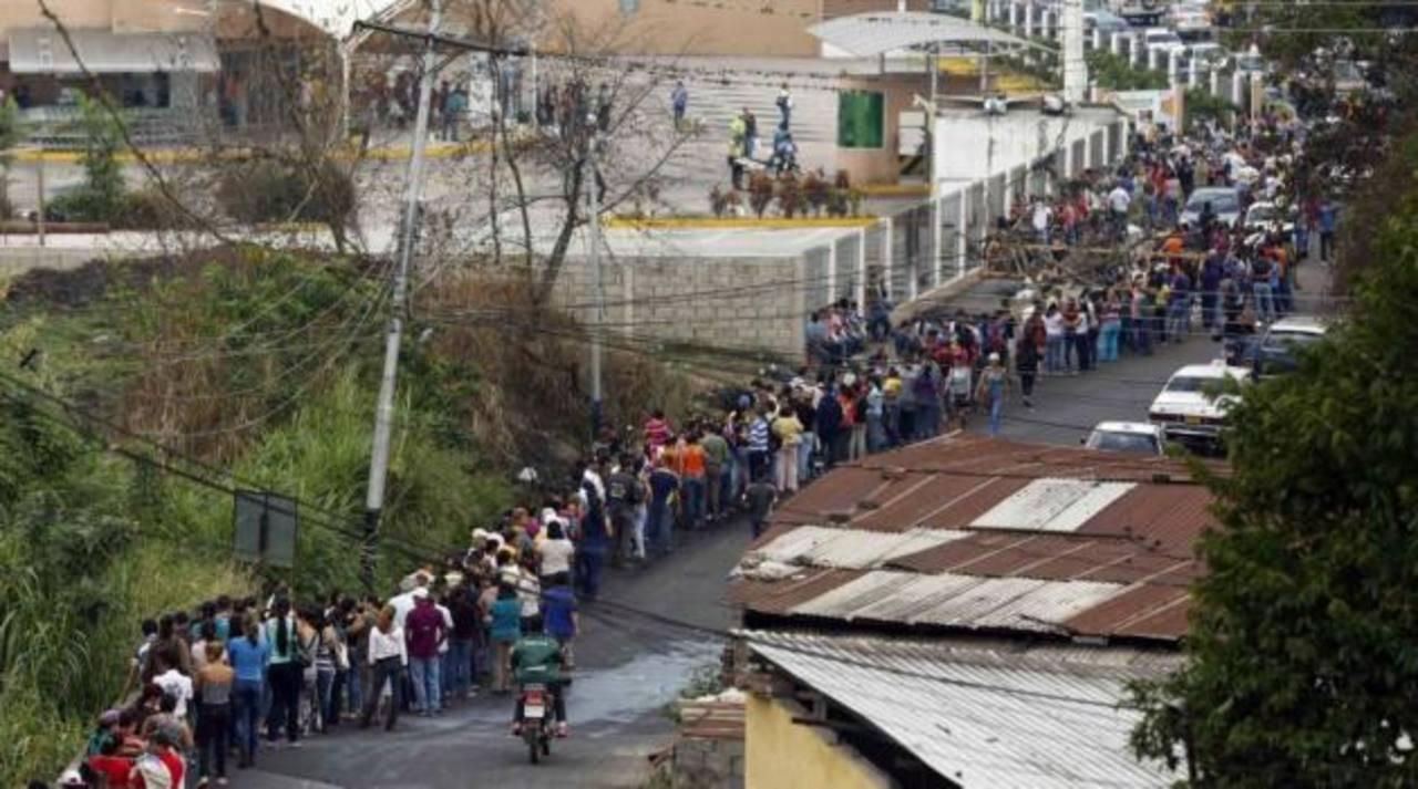 Largas colas para acceder a los supermercados . foto edh / internet