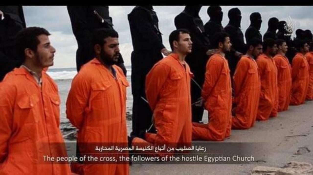 Los terroristas del Estado Islámico durante la decapitación de unos 21 hombres. foto edh / Abc.es
