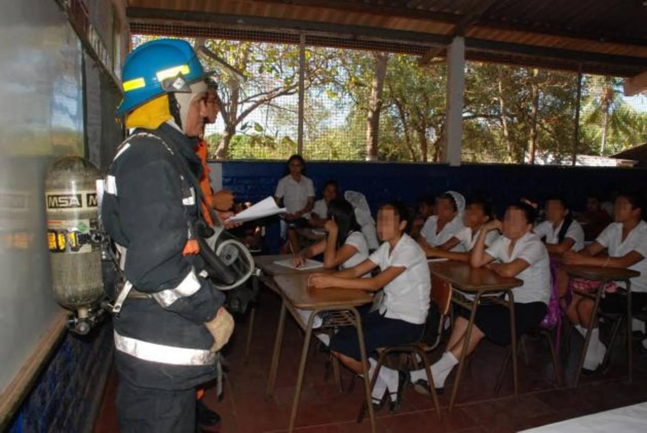 Entre los aspectos que capacitan están el manejo de extintores, manipulación de pólvora y qué hacer en caso de incendios en la escuela o viviendas. Foto EDH / Insy Mendoza