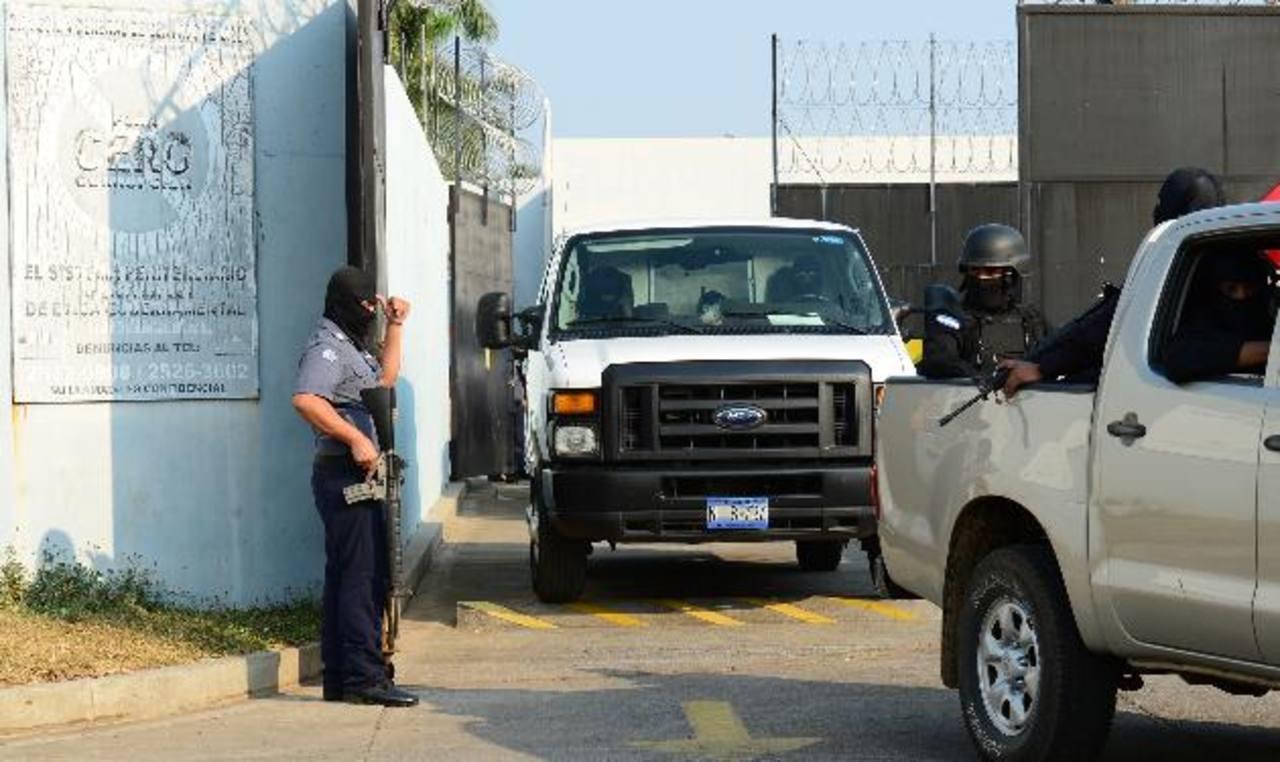 Fachada del centro penal de máxima seguridad de Zacatecoluca, La Paz, donde habrían sido recluidos tres jefes de las pandillas. Fotos EDH / Jorge Reyes.