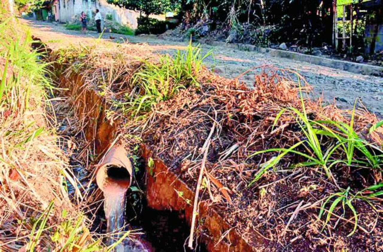 Las aguas negras llegan hasta el río El Molino, de la localidad. Foto edh / cristian díaz