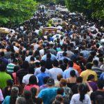 Un mar de dolientes acompañó el sepelio de las cinco víctimas. Foto EDH /René Quintanilla.