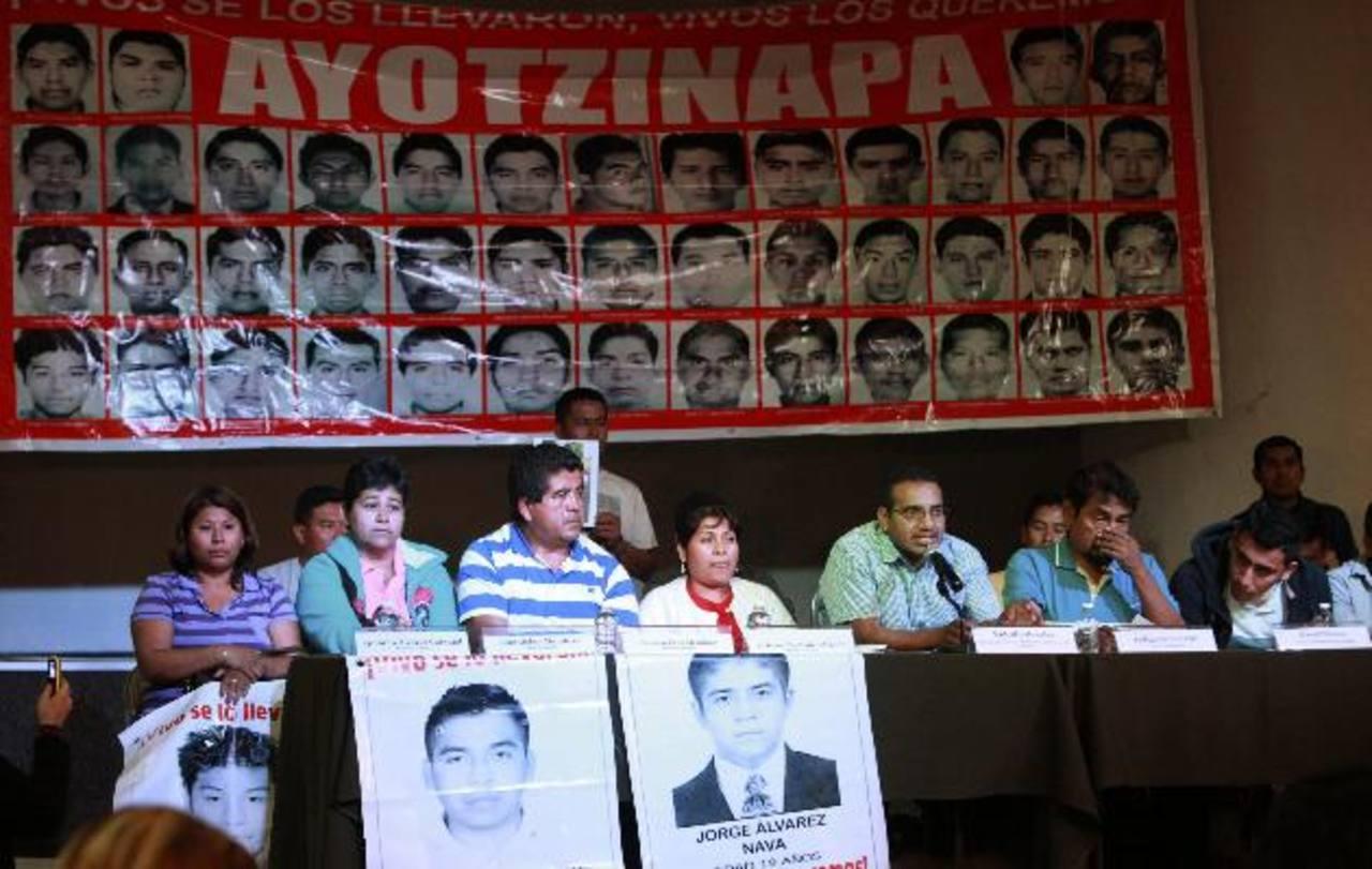 Los padres de los 43 jóvenes desaparecidos de la Normal Rural de Ayotzinapa durante una rueda de prensa.