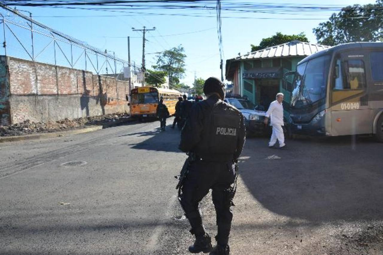 Agentes de la PNC dan seguridad afuera del penal. Foto EDH / Lucinda Quintanilla.