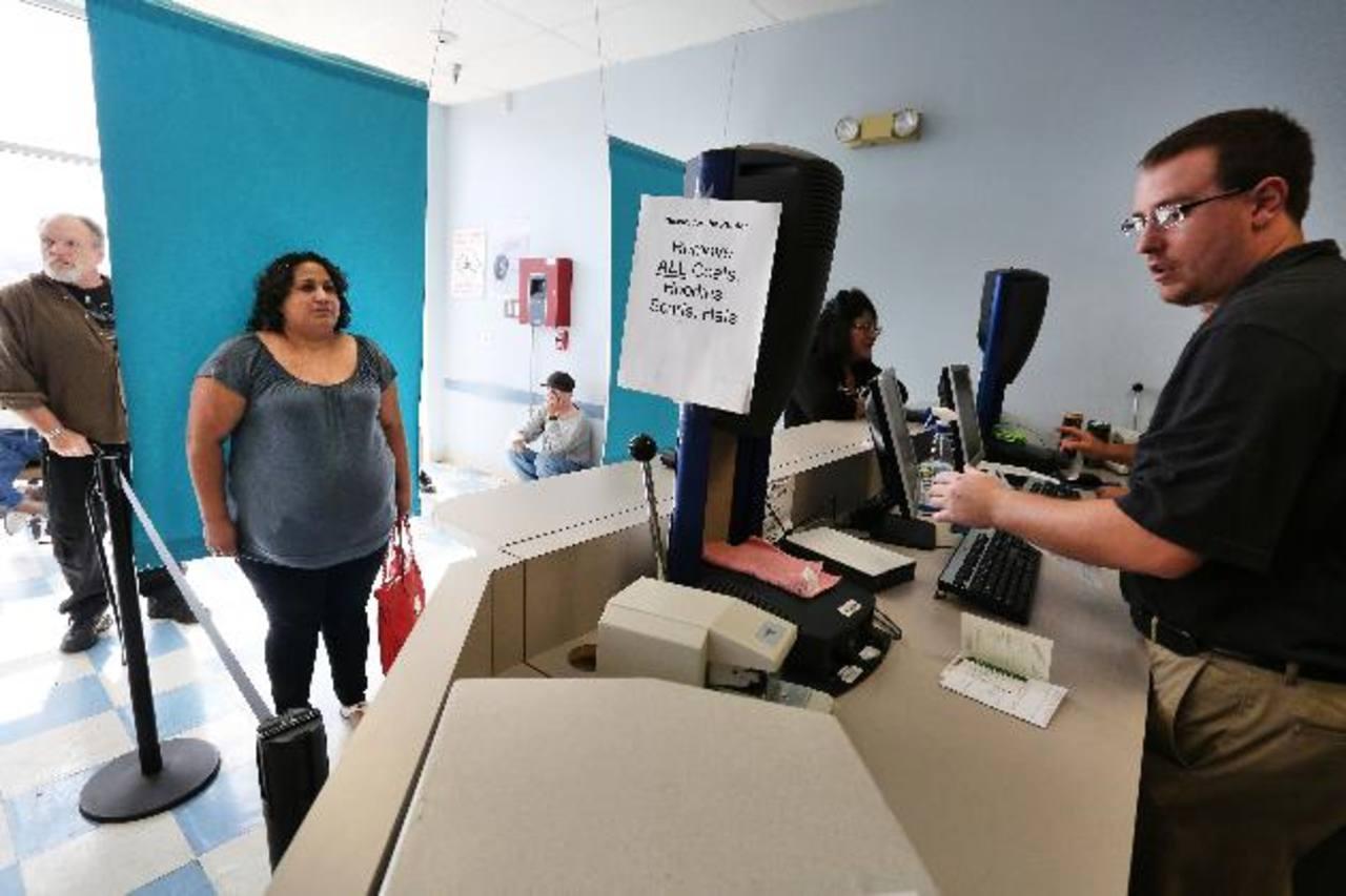 EE.UU. permitirá trabajar a cónyuges de empleados con visa