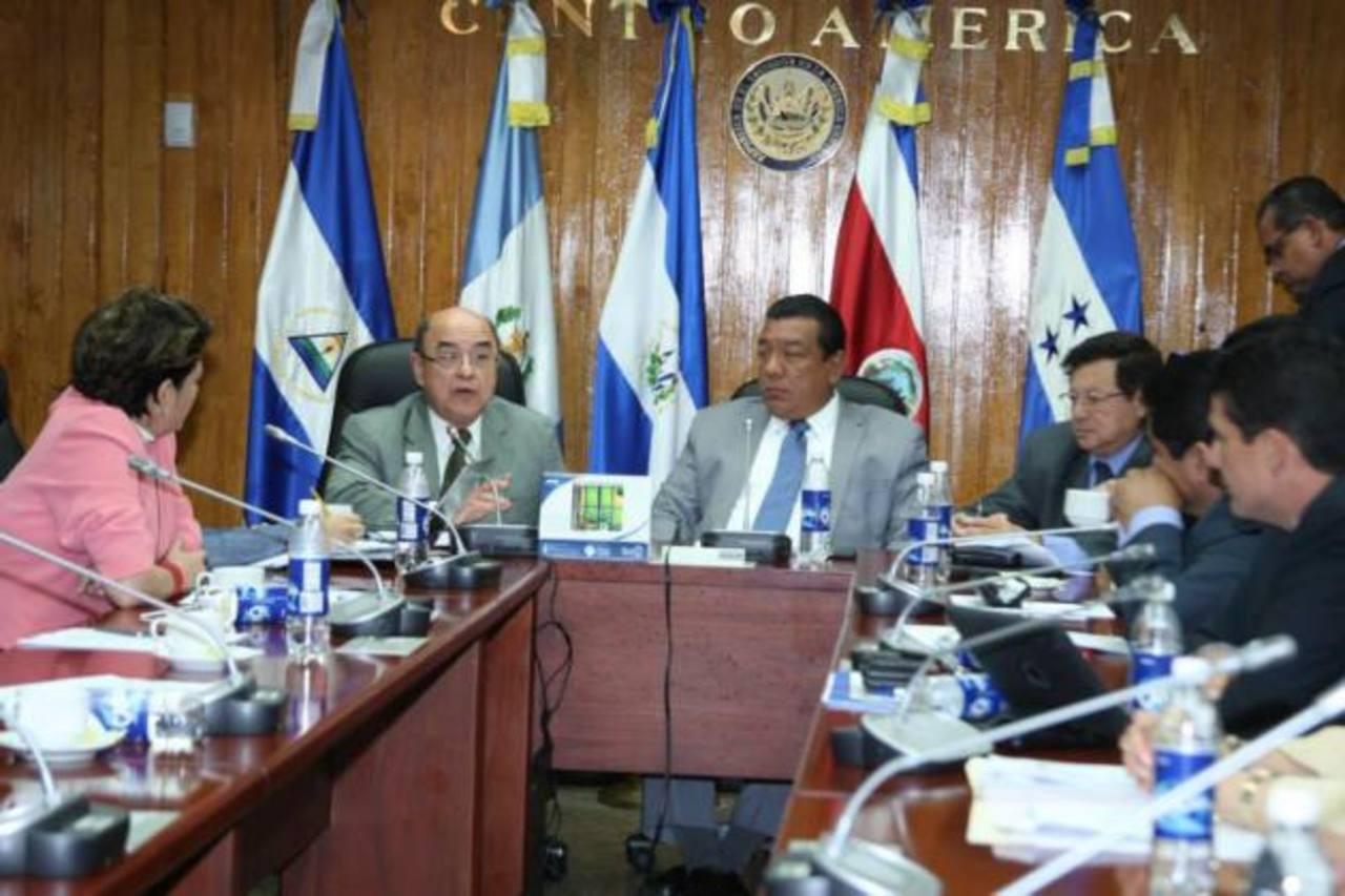 El presidente de la CSJ, Óscar Pineda (izq.), explica a la comisión de Legislación por qué no se han formado las Cámaras Especializadas de Extinción de Dominio. Foto EDH/ CORTESÍA
