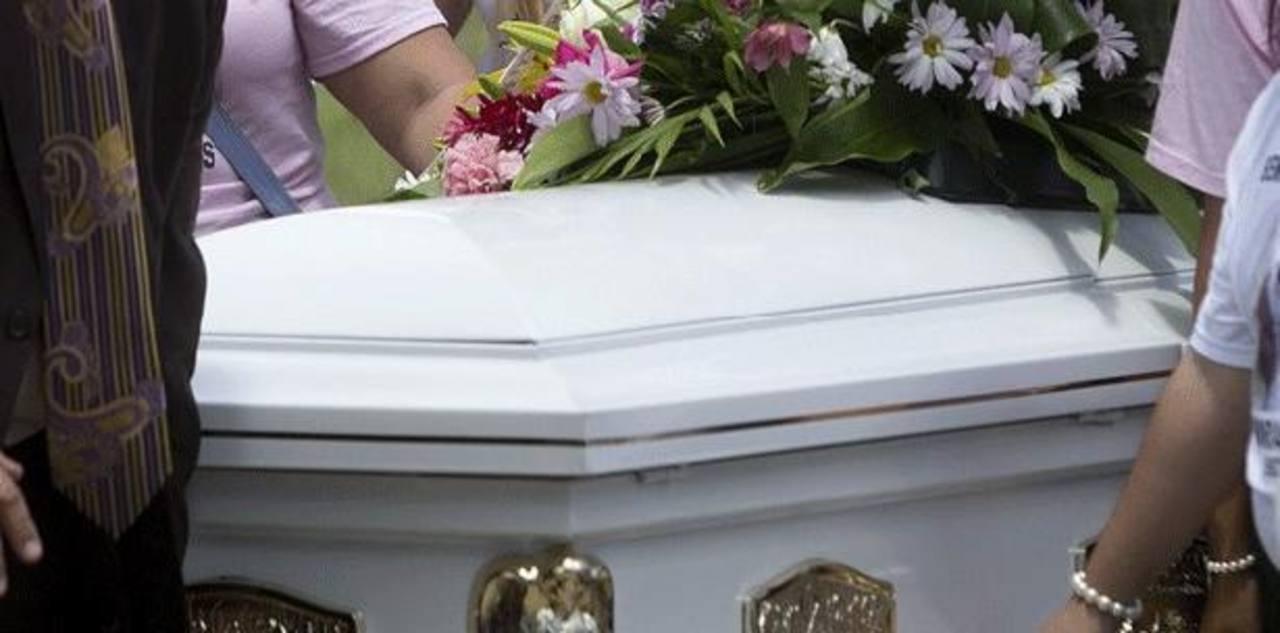Sacerdote y dolientes cayeron a tumba durante un entierro en Brasil