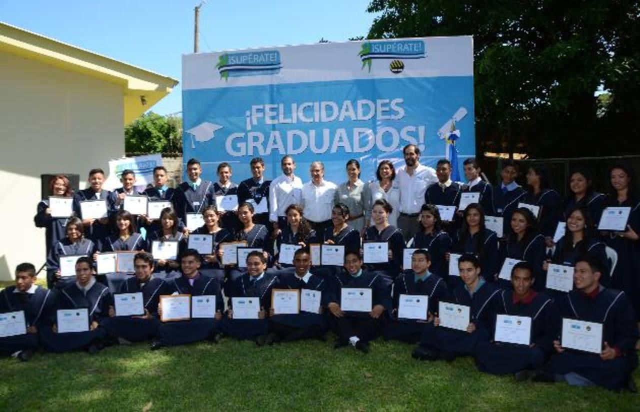La quinta promoción de graduados ¡Supérate! ADOC posa para la foto del recuerdo junto a los representantes de la familia Palomo, quienes con gran orgullo apoyan a las futuras generaciones de profesionales de nuestro país.