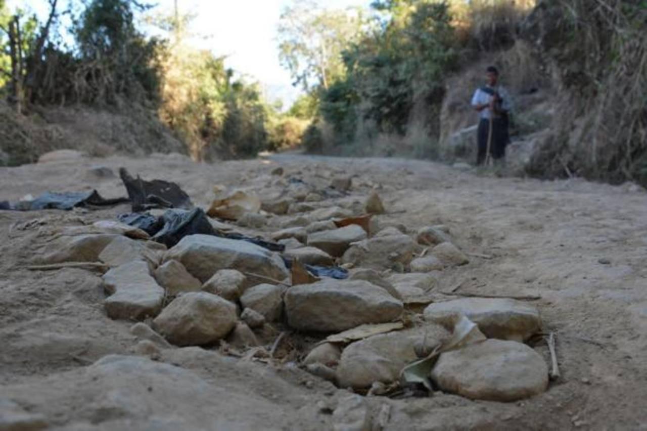 El descuido es tal, que los vecinos rellenan los baches con piedras. Foto EDH / Cristian díaz.