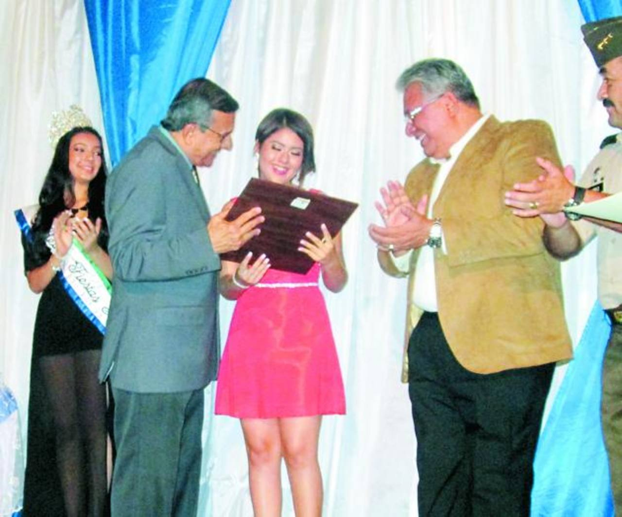 La nueva reina de los festejos recibió las credenciales que le acreditan el cargo. Foto EDH