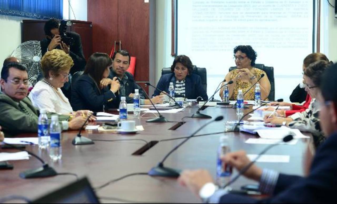 Los diputados de la Comisión de Hacienda aún analizan si dan sus votos al FMLN para adquirir más préstamos este año. Foto EDH / Archivo.La Presidencia obtuvo más reasignaciones. Foto EDH / Archivo.