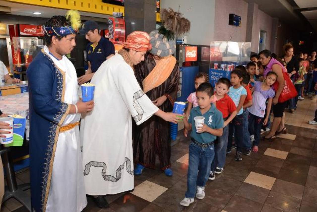 Los niños disfrutaron con los Reyes Magos y degustaron las tradicionales palomitas de maíz. Foto edh/ Mario díaz