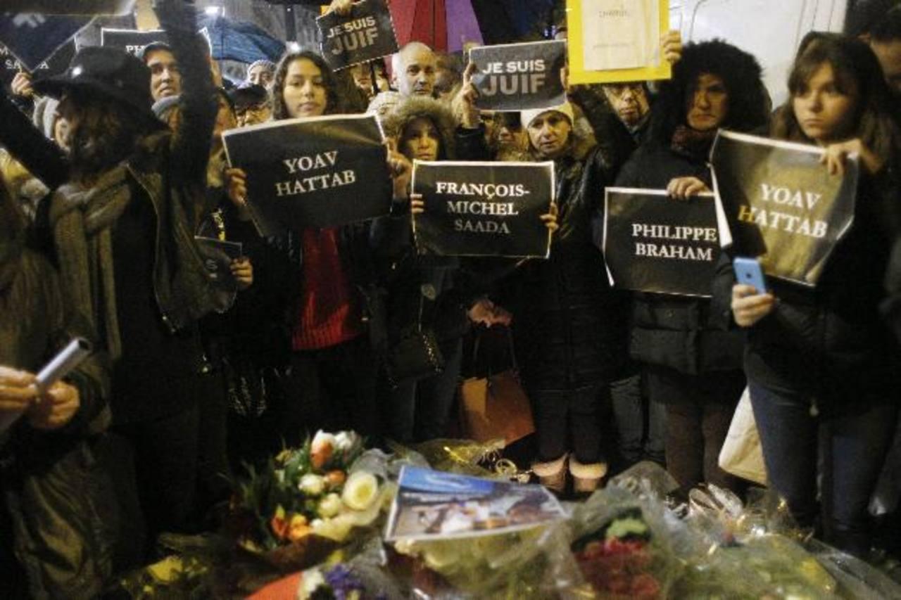 Ayer rindieron homenaje a las víctimas que murieron el viernes, tras el secuestro en la tienda judía HyperCacher. EDH / EFE.