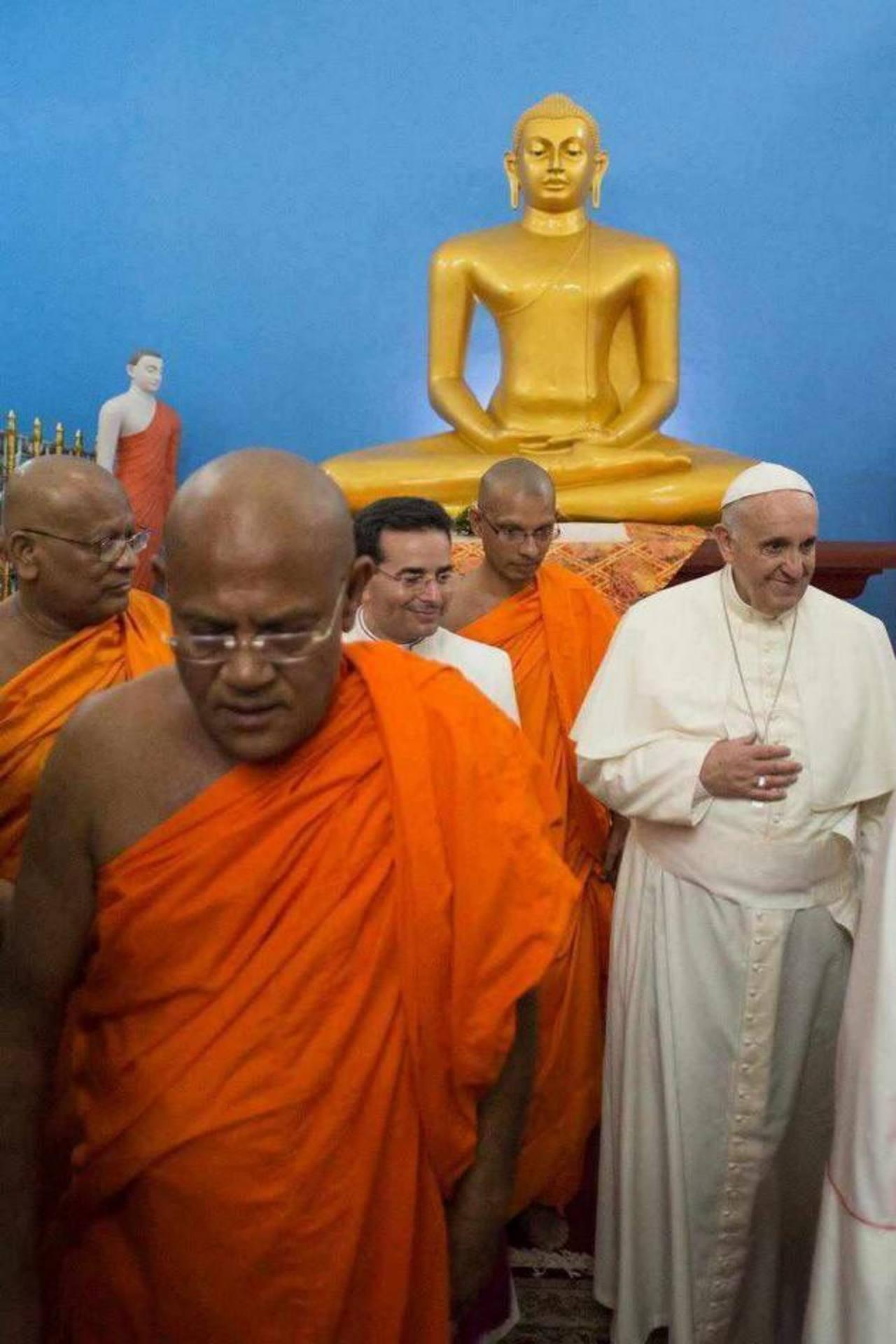 El papa Francisco sorprendió al mundo al realizar una visita sorpresiva al templo budista de Mahabodi Viharaya en Colombo. El pontífice pidió respeto a la libertad de culto. foto edh / EFEEl Papa Francisco (izq., atrás) circula en su papamóvil entre