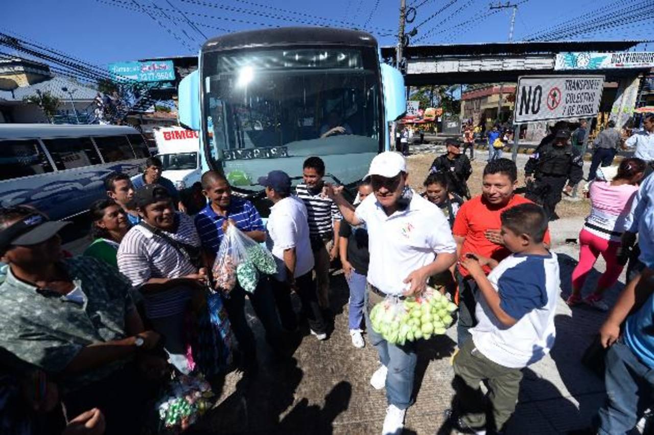 Solo en la zona de Soyapango hay cerca de 500 vendedores ambulantes, según datos de los afectados. foto edh / archivo.