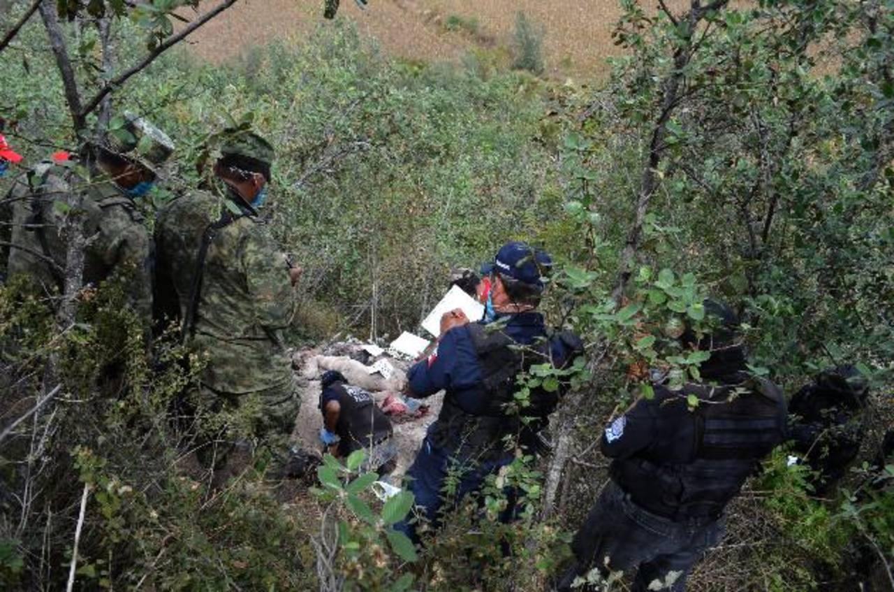 Peritos forenses y militares en el lugar donde encontraron los restos humanos ayer en Chilapa de Álvarez, Guerrero. edh/ EFE