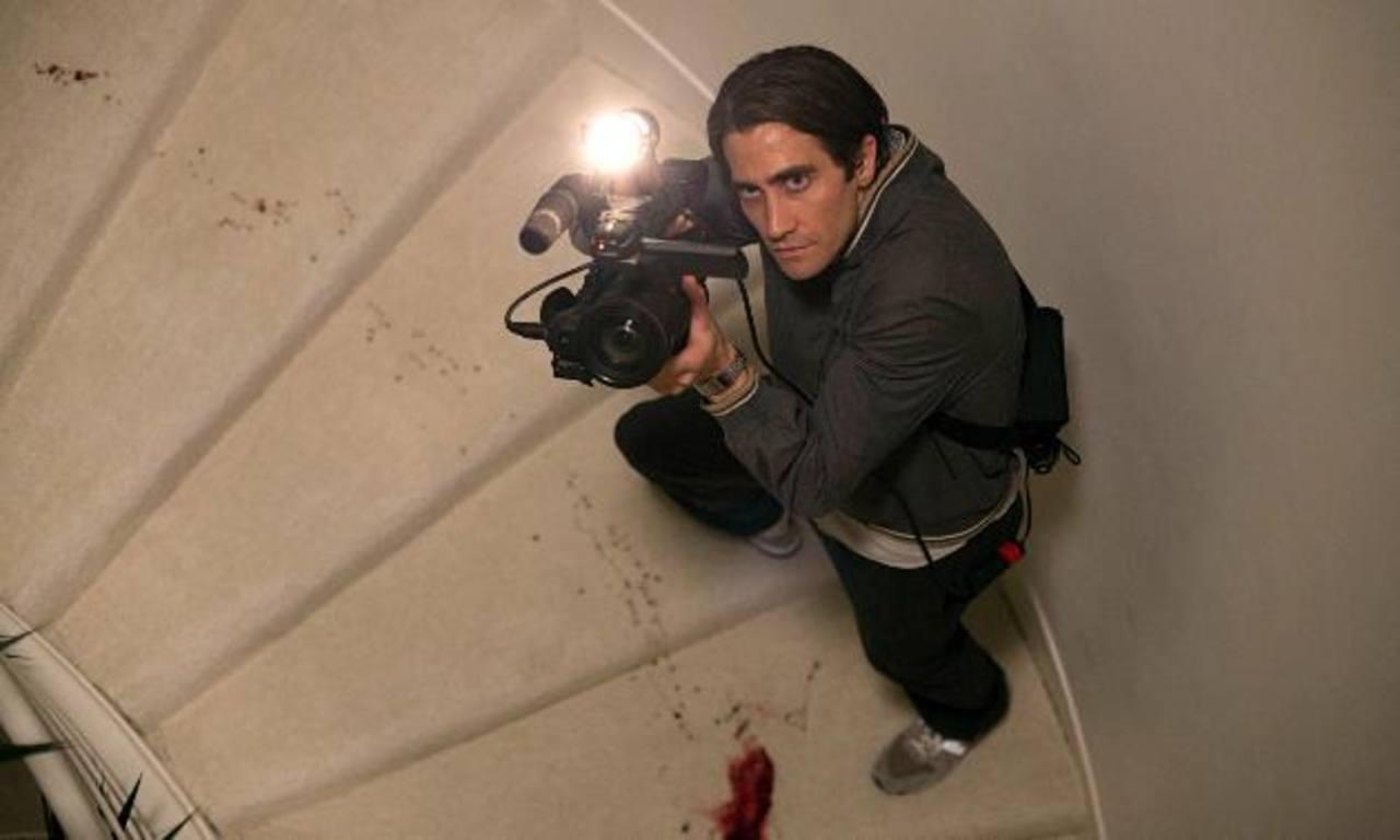 El actor Jake Gyllenhaal encarna a un joven sin estudios, quien se introduce al mundo del periodismo criminal.