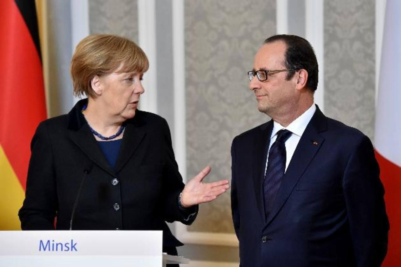 La canciller alemana Angela Merkel conversa con el presidente francés Francois Hollande. foto EDH / ap