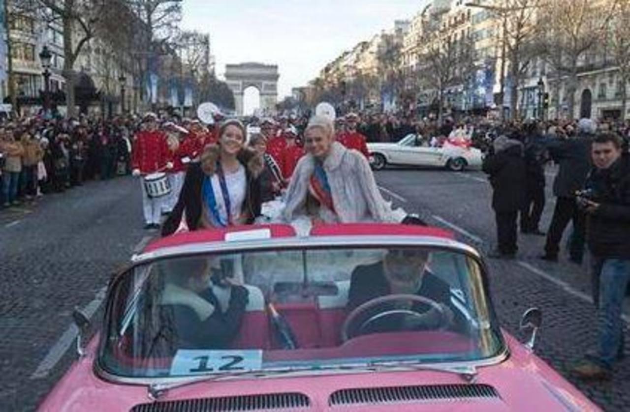 Un hombre conduce un Cadillac serie 62 de 1958 por la avenida de los Campos Elíseos como parte de un desfile por el día del Año Nuevo en París.