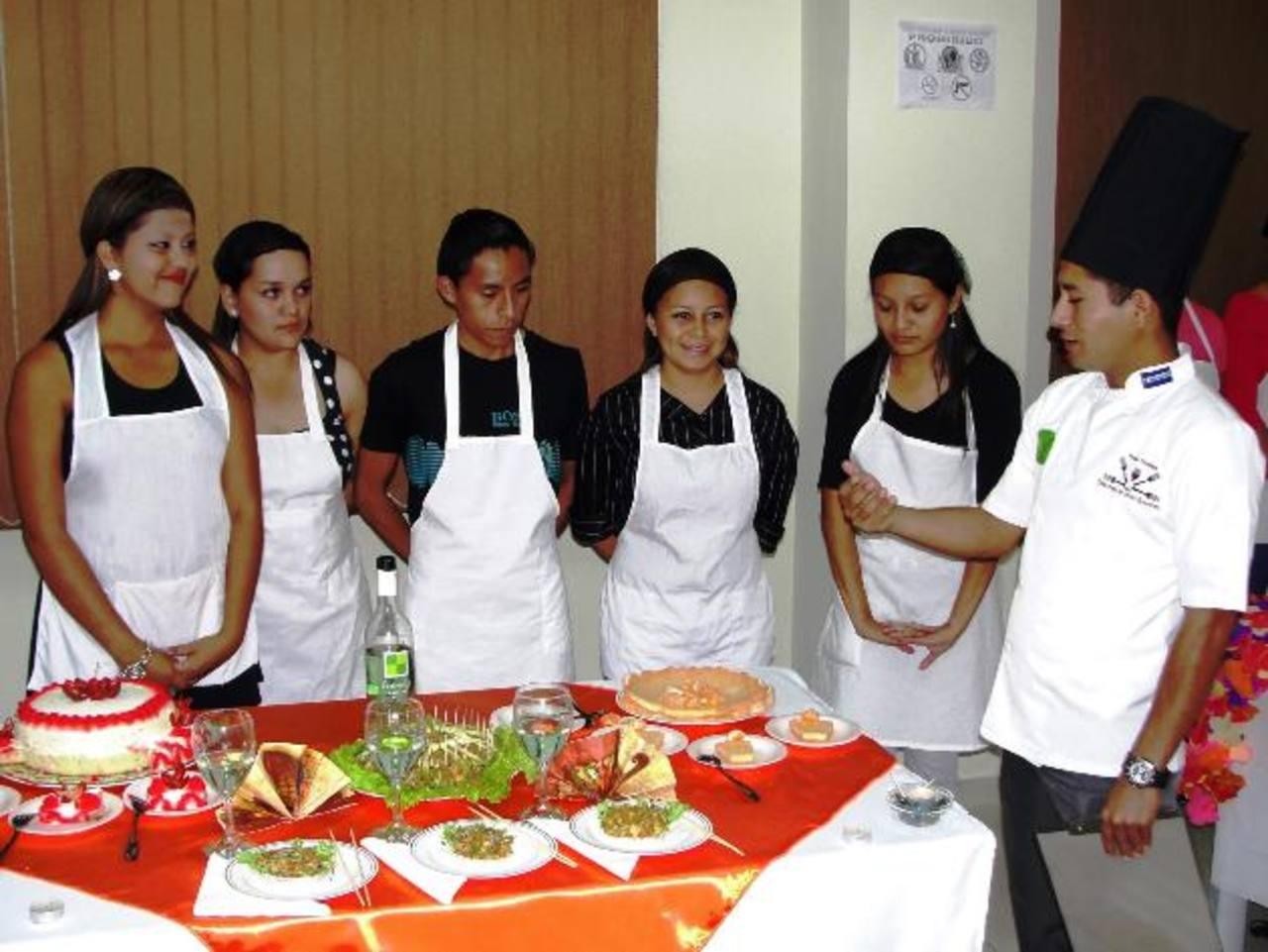 Los beneficiados aprendieron de cocina internacional, además cómo iniciar su propio negocio. Foto EDH / Cristian Díaz